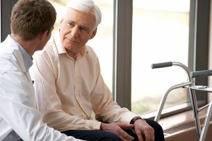 Senior man with walker talking to doctorの写真素材 [FYI01986967]