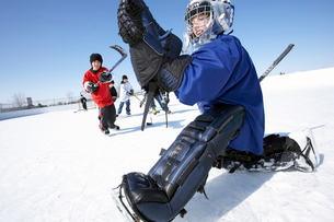 Ice hockey goalie saving puckの写真素材 [FYI01987031]