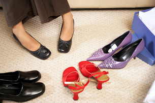 Woman trying on new shoesの写真素材 [FYI01987048]