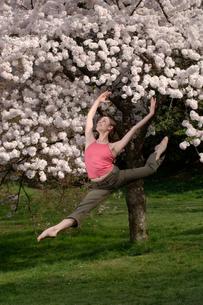 Ballerina leaping outdoorsの写真素材 [FYI01987081]