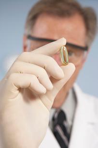 Scientist holding capsuleの写真素材 [FYI01987139]