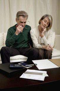 Senior couple calculating home financesの写真素材 [FYI01987215]