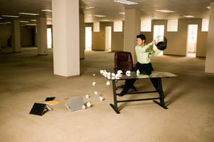Asian businessman wrecking empty officeの写真素材 [FYI01987224]
