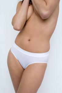 woman standing in underwearの写真素材 [FYI01987231]