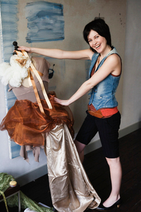 designer holding cloth on dummyの写真素材 [FYI01987294]