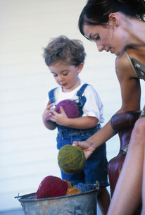 Mother and son sorting bucketの写真素材 [FYI01987316]