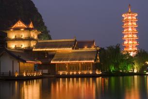 Pagoda at nightの写真素材 [FYI01987326]