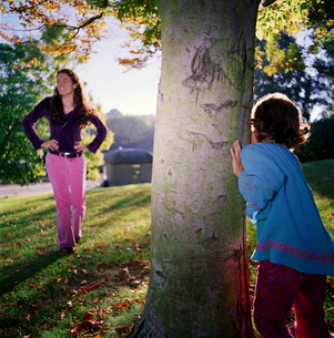 Mother and daughter plays hide and seekの写真素材 [FYI01987337]