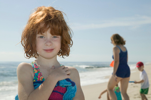 Young girl in swimsuit at beachの写真素材 [FYI01987343]