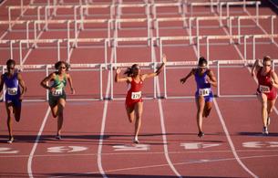Multi-ethnic athletes running raceの写真素材 [FYI01987357]