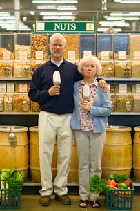 Couple holding scoops in a shop for nutsの写真素材 [FYI01987405]