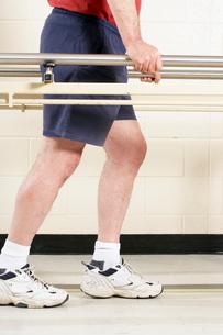 Man using bars to walkの写真素材 [FYI01987422]