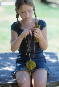 Young girl knittingの写真素材 [FYI01987433]