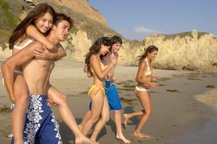 Teenagers on beachの写真素材 [FYI01987437]