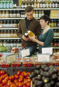 Couple grocery shoppingの写真素材 [FYI01987449]