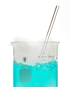 Bubbly blue liquid in beakerの写真素材 [FYI01987486]