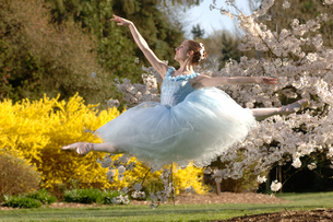 Ballerina leaping outdoorsの写真素材 [FYI01987498]