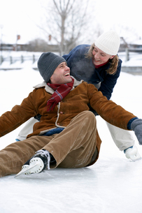 Woman picking fallen boyfriend upの写真素材 [FYI01987547]