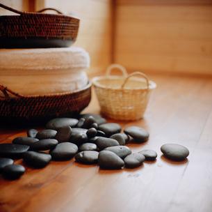 Smooth massage stones on the floorの写真素材 [FYI01987549]
