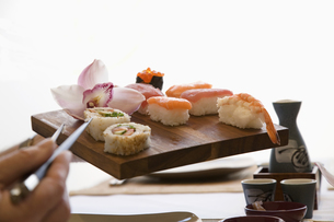 Woman's hand holding tray of sushiの写真素材 [FYI01987557]