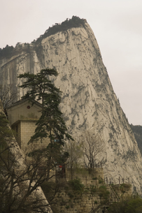 Hua Shan mountain with stone buildingの写真素材 [FYI01987592]
