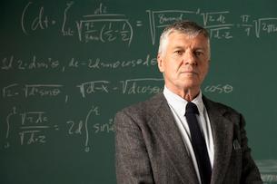 Teacher in front of blackboardの写真素材 [FYI01987628]