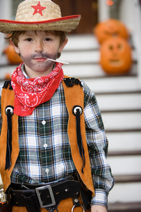 Young boy trick or treating on Halloweenの写真素材 [FYI01987632]