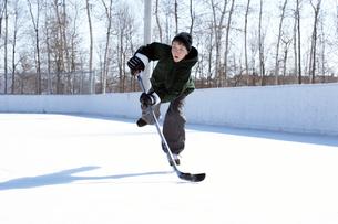 Young boy playing ice hockeyの写真素材 [FYI01987648]