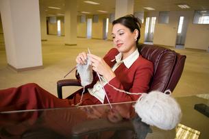 Hispanic businesswoman knittingの写真素材 [FYI01987738]