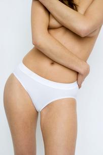 woman standing in underwearの写真素材 [FYI01987853]