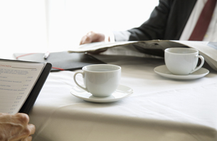 Coffee cups on table betweeen two peopleの写真素材 [FYI01987866]