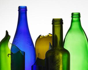 Broken colored glass bottlesの写真素材 [FYI01987883]