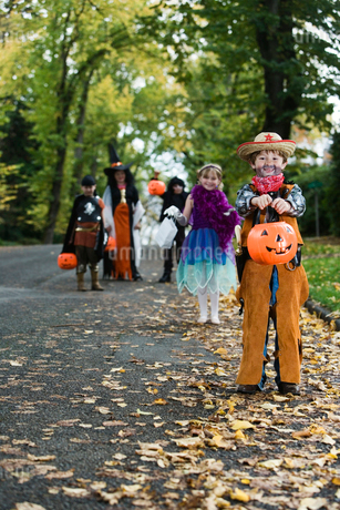 Children trick or treating on Halloweenの写真素材 [FYI01987913]