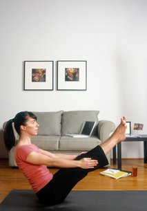 Woman in yoga poseの写真素材 [FYI01987958]