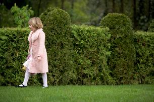 Girl looking for Easter eggsの写真素材 [FYI01987971]