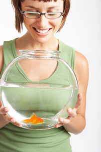 Young woman holding a fish bowlの写真素材 [FYI01987992]