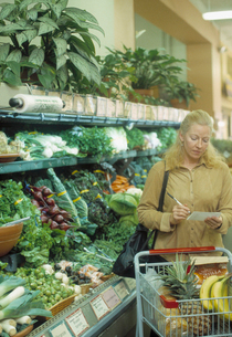Woman shopping for produceの写真素材 [FYI01988007]