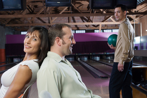 Couple smiling in bowling alleyの写真素材 [FYI01988011]