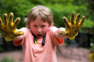 Girl showing dirty gardening glovesの写真素材 [FYI01988013]
