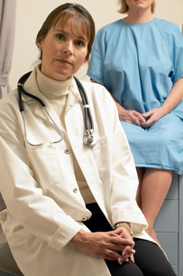 Female doctor sitting with hands foldedの写真素材 [FYI01988030]