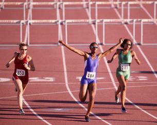 Multi-ethnic athletes running raceの写真素材 [FYI01988032]