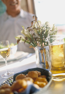 Basket of rolls at dinner tableの写真素材 [FYI01988065]