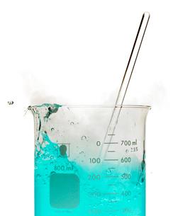 Bubbly blue liquid in beakerの写真素材 [FYI01988091]