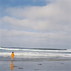 Young boy standing in wavesの写真素材 [FYI01988176]