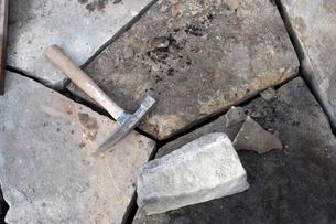 Sledgehammer on stonesの写真素材 [FYI01988204]