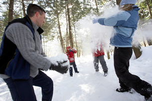 Family having snowball fightの写真素材 [FYI01988223]