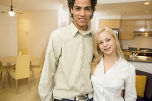 Couple standing in loft apartmentの写真素材 [FYI01988225]