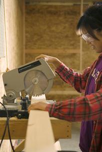 Teenage girl using circular sawの写真素材 [FYI01988237]