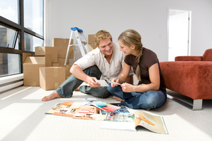 Couple selecting paint colorsの写真素材 [FYI01988310]