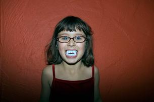 Young girl in fake vampire teethの写真素材 [FYI01988316]